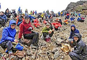 山頂で会話を楽しみながら、疲れを癒やす登山者ら=19日午前、安達太良山