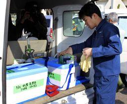 豚コレラの養豚場への感染拡大防止策として、野生イノシシ向けワクチン入り餌の準備をする作業員=25日午前、岐阜県美濃市