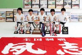 空手の全国高校選抜大会で女子団体形を制した夙川。節目の10度目の優勝だった=神戸市兵庫区会下山町1の同校