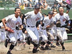 5年ぶりの優勝を決め、応援席へ喜びの報告に向かう浦和学院の選手たち=23日午後1時、さいたま市大宮区の県営大宮