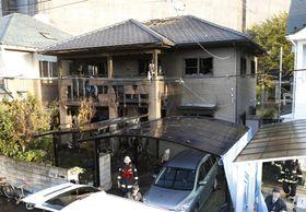 火災があった木造2階建ての民家=18日午前6時35分、仙台市太白区