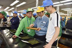 静岡茶市場で開かれた「新茶初取引」=19日午前、静岡市