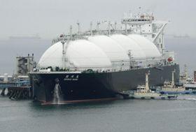 JERA川越火力発電所の受け入れ桟橋に着岸したLNGを積んだ船=23日午前、三重県川越町