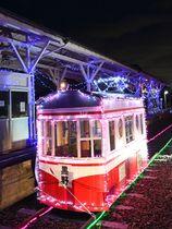 黒野駅レールパークには光る電車も出現、地域の子どもらの人気を集めている=大野町黒野