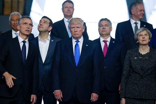 NATO首脳会議で写真撮影に臨む各国首脳ら=25日、ブリュッセル(ロイター=共同)