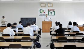 ダイユーエイトの入社試験に臨む高校生