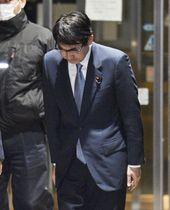 保釈され東京拘置所を出る際に、頭を下げる元法相の衆院議員河井克行被告=3日午後9時5分、東京・小菅