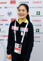 フィギュアスケート世界選手権の公式練習を終え、笑顔を見せる宮原知子=19日、ミラノ(共同)