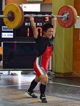 重量挙げ男子61キロ級 小山南の川村がジャーク110キロの県高校新記録をマークする=小山南高トレーニング場