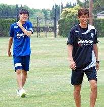 J2福岡時代、井原監督(右)とともに笑顔を見せる冨安