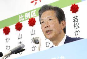 開票センターで記者会見する公明党の山口代表=21日午後11時35分、東京都新宿区の党本部