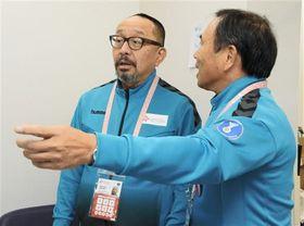パークドーム熊本の医務室で打ち合わせをする大会医療責任者の佐久間克彦さん(左)=熊本市東区