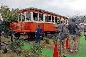 来場者を乗せて広場内の線路を走るキハ101(与謝野町滝・加悦SL広場)