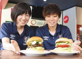 考案したハンバーガーを紹介する杉田選手(右)と宮迫選手=伊賀市上林で