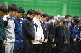 福良淳一監督(中央)ら、オリックスナインは神戸の方角に向かって黙とうする=大阪市内(撮影・山口登)