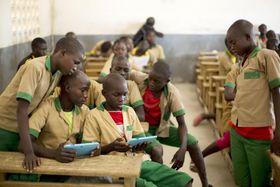 ユニセフが提供したタブレット端末で勉強するカメルーン北部の子どもたち=10月31日(ユニセフ提供・共同)