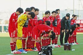 JFL最終節で、マルヤスに敗れ応援席へ頭を下げるホンダイレブン=浜松市北区の本田都田サッカー場で