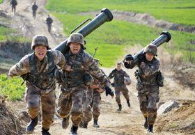 訓練する中国人民解放軍の陸軍兵士ら=2018年3月(新華社=共同)