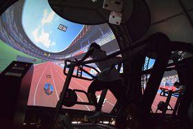 VRマシンで桐生選手のスピードに挑戦する来場者(草津市新浜町・イオンモール草津)