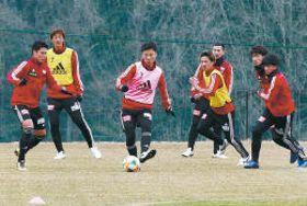 仙台に戻って初の練習でボール回しに汗を流す(左から)蜂須賀、長沢、椎橋ら