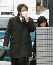 ジェンキンスさんの葬儀・告別式が営まれる斎場に入る蓮池薫さん(左)と妻祐木子さん=15日午前、新潟県佐渡市