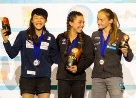 リードの女子ユースAで準優勝した伊藤ふたば(左、TEAM au)=モスクワ(日本山岳・スポーツクライミング協会提供)