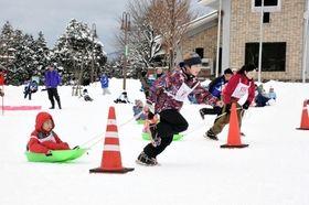 ソリ引き大会などで盛り上がった雪上運動会=県立但馬牧場公園