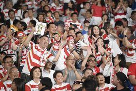 20日の開幕戦、日本―ロシア戦のハーフタイムに盛り上がる日本のファン=味の素スタジアム
