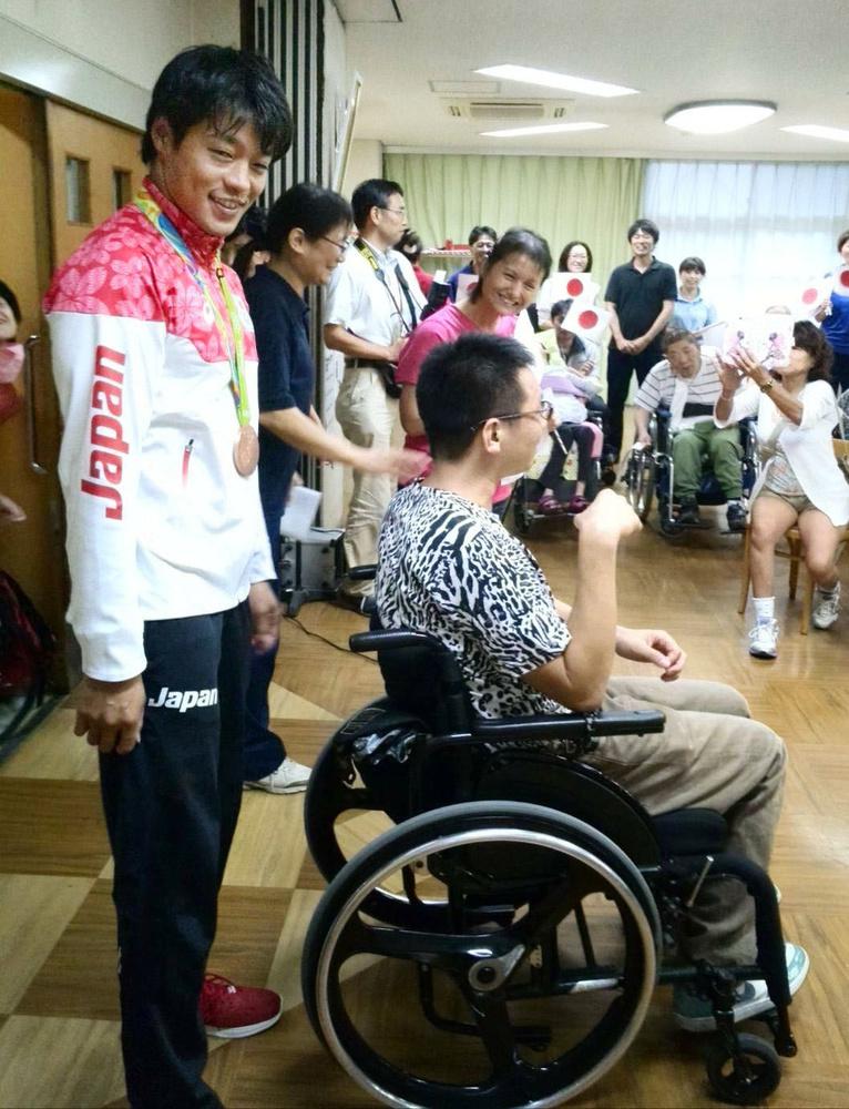 2016年9月、中西拓馬さん(右)のリハビリ施設を訪問した羽根田卓也選手(左)=名古屋市(中西さん提供)