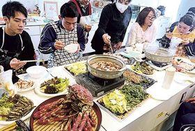 戸田地区の特産品をふんだんに使った料理を楽しむ生徒ら=沼津市戸田のくるら戸田