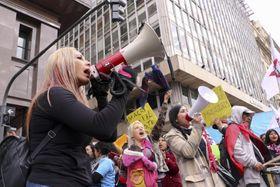アルゼンチンの経済危機を巡って抗議デモをする人々=15日、ブエノスアイレス(ゲッティ=共同)