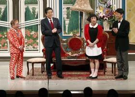 吉本新喜劇の公演にサプライズ出演した安倍首相=20日午後、大阪市のなんばグランド花月