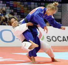 女子48キロ級決勝 ウクライナのビロディド(右)を攻める渡名喜風南=日本武道館