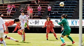 【愛媛FCL―C大阪堺】前半6分、ヘディングでゴールを決める愛媛FCL・上野(左)=スカイフィールド富郷