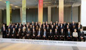 記念撮影に臨む、G20に参加した各国のメンバー=19日、ブエノスアイレス(共同)