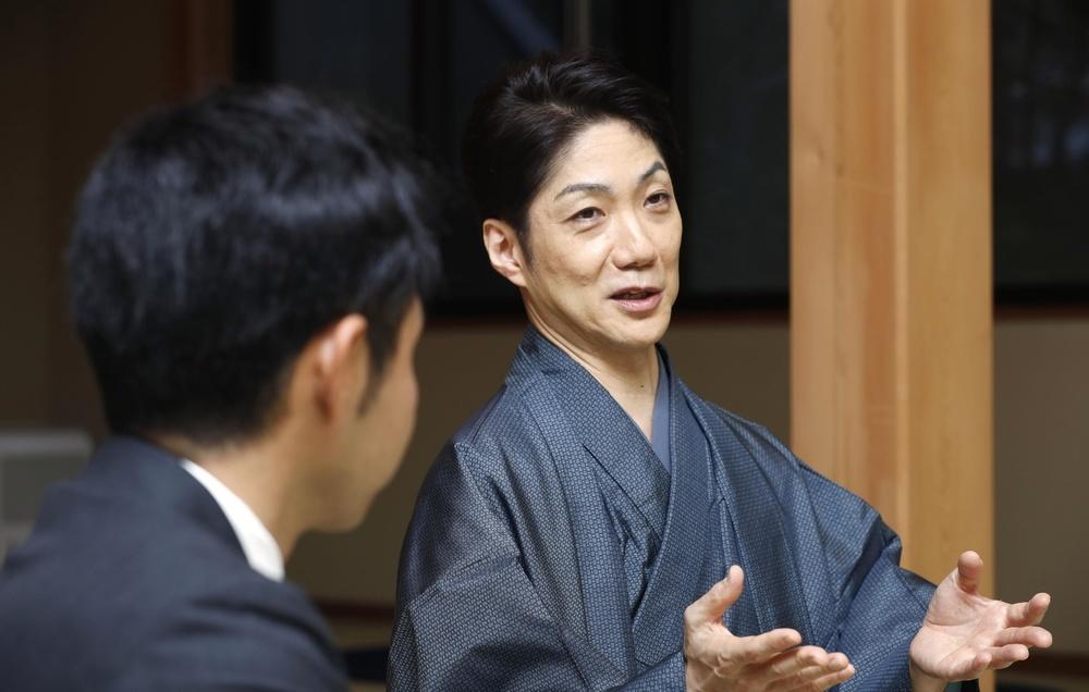 北島康介さん(手前)と対談する野村萬斎さん