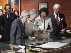 スウェーデンのカール16世グスタフ国王夫妻(右側)と共に、外交関係樹立150周年の記念特別展示を鑑賞される天皇、皇后両陛下=23日午前、東京都千代田区のJPタワー学術文化総合ミュージアム(代表撮影)