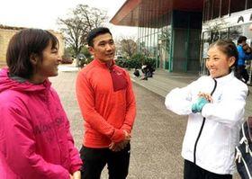 ランニング後に坂本さん(左)と笑顔で話すムンフザヤさん(右)とドルジパラムさん