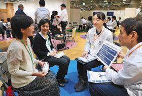大会ボランティアの選考のため、面談を受ける希望者たち=6日、東京・有楽町で