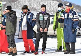 練習を終え、談笑する少年男子の小林(中央、長野原高)らジャンプの本県選手団=北海道・宮の森ジャンプ競技場