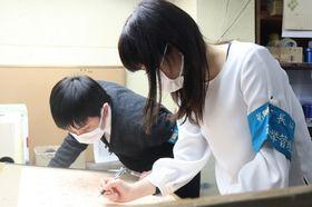 印刷された投票用紙を確認する県選管職員=長崎市内