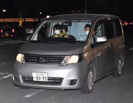 移送のため、警視庁を出る女優の沢尻エリカ容疑者を乗せた車=16日午後7時