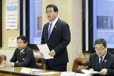 北海道中富良野町内の小学校に通学する兄弟の新型コロナウイルス感染が判明し、町が開いた対策会議で発言する小松田清町長(中央)=21日午後