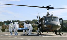 原子力総合防災訓練で模擬患者を搬送する人たち=10日、島根県出雲市の島根大病院