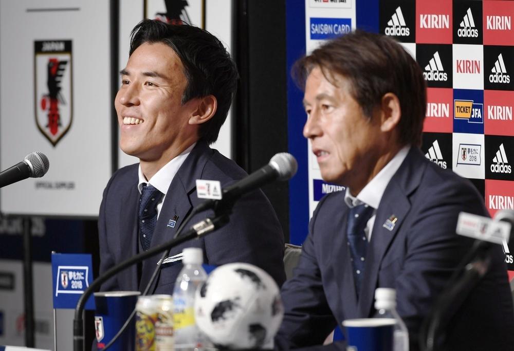 サッカーのワールドカップロシア大会から帰国し、記者会見するサッカー日本代表の長谷部誠主将(左)と西野朗監督