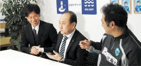 JFL入会承認の連絡を受け、握手を交わす(左から)黒田選手、近江社長、阿部裕二監督
