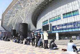 米大リーグの開幕戦を観戦しようと、東京ドームの当日券売り場に列をつくる人たち=20日午前、東京都文京区