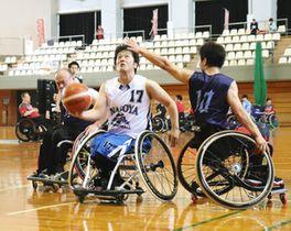 白熱した戦いを見せる選手たち=富山県滑川市総合体育センターで