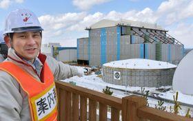 報道陣に公開された建設中の大間原発。中央奥が原子炉建屋=21日午前、青森県大間町
