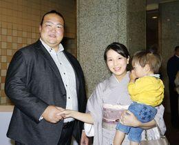 来場者(右)と握手する元稀勢の里の荒磯親方=20日、東京・両国国技館(日本相撲協会提供)